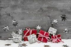 Kerstmis stelt in rood en zilveren op houten grijze achtergrond voor Royalty-vrije Stock Foto