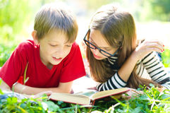 Kids reading a book Royalty Free Stock Photos
