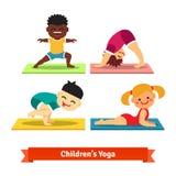 Kinder, die Yogahaltungen auf bunten Matten tun Lizenzfreies Stockbild