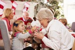 Kleindochter met Grootmoeder die Kerstmis van Maaltijd genieten Stock Fotografie
