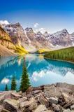 Krajobrazowy widok Morena jezioro w Kanadyjskich Skalistych górach Zdjęcie Royalty Free