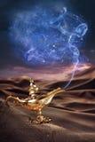 Lámpara de los genios de Aladdin mágico en un desierto Imagen de archivo libre de regalías