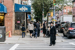 L'uomo hassidic ebreo attraversa la via Fotografia Stock