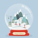 La boule en verre étonnante avec le paysage de station de sports d'hiver et les gens amusent des sports d'hiver Image stock