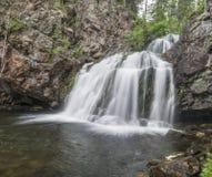 La cascada Myantyukoski, tres pasos empiedra la cascada en Karelia Foto de archivo libre de regalías