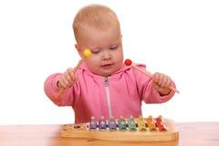 La ragazza gioca il xylophone Fotografie Stock
