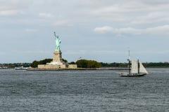 La statua della libertà con lo shipin New York di navigazione Immagine Stock