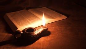 Lampe à pétrole et bible Images libres de droits