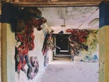 Le couloir à l'intérieur du bâtiment de la gauche et de la colonie de vacances soviétique oubliée Skazka pas loin de Moscou Images stock