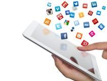Le icone sociali di media volano fuori dal ipad a disposizione Fotografia Stock