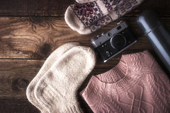 Le voyageur d'hiver a placé sur la vue supérieure de fond en bois Photos stock