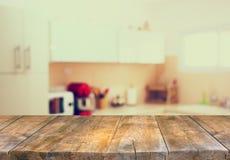 Leeres Tabellenbrett und defocused weißer Retro- Küchenhintergrund Lizenzfreie Stockbilder