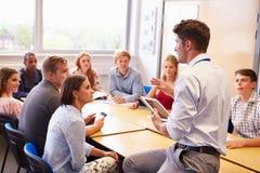 Lehrer With College Students, das Lektion im Klassenzimmer gibt Lizenzfreie Stockfotos