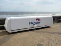 Leibwächterbehälter für Ausrüstung auf der Seefront bei Bridlington Großbritannien Stockbild