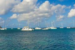 Les yachts ont amarré dans l'abri de la baie d'amirauté Photographie stock