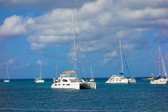 Les yachts ont amarré dans l'abri de la baie d'amirauté Images libres de droits