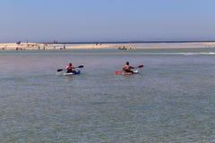 Leute, die im Seeeingang, Australien rudern Lizenzfreies Stockfoto
