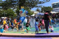 Leute, die Wasser im Seeeingang, Australien spielen Stockbilder