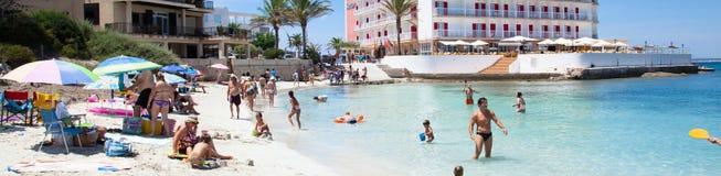 Leute in Es Trenc setzen mit weißem Sand- und Türkismeer auf den Strand Stockfoto