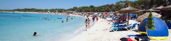 Leute in Es Trenc setzen mit weißem Sand- und Türkismeer auf den Strand Stockbilder