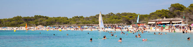 Leute in Es Trenc setzen mit weißem Sand- und Türkismeer auf den Strand Stockbild