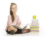 Libro di lettura della scolara, studio del bambino della ragazza della scuola, bianco isolato Immagine Stock