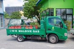 LKW mit Gasbehältern nähern sich Tankstelle am Mann Lizenzfreie Stockfotos