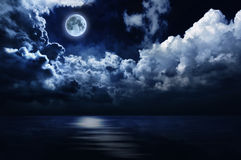 Luna piena e cielo notturno romantici sopra acqua Immagine Stock Libera da Diritti