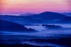 Mañana temprana del otoño de la persona chapada a la antigua en la frontera austríaca checa Imagen de archivo libre de regalías