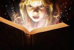 Małej dziewczynki czytanie Obrazy Stock