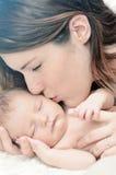 Madre che bacia neonato Immagini Stock