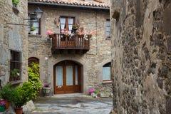 Malerische Straße in der katalanischen Stadt Rupit I Pruit Stockfotos