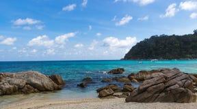 Mare blu con le barriere coralline Fotografie Stock