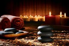 A massagem apedreja o monte de pedras em uns termas holísticos do bem-estar Imagens de Stock Royalty Free