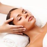 Massaggio di fronte. Primo piano di una giovane donna che ottiene trattamento della stazione termale. Fotografia Stock