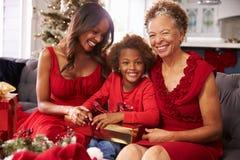 Meisje met Grootmoeder en Moeder het Openen Kerstmisgiften Stock Foto