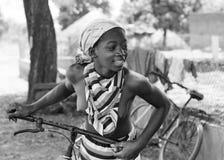 Menina africana com uma bicicleta Fotografia de Stock