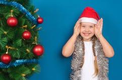 A menina em sorrisos do ouropel Fotos de Stock Royalty Free