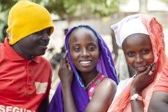 Mens die met twee Afrikaanse meisjes proberen te flirten Royalty-vrije Stock Afbeeldingen