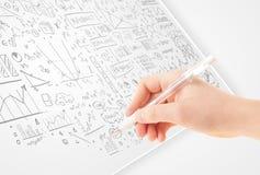 Menschliche Handskizzierende Ideen auf einem Weißbuch Lizenzfreies Stockbild