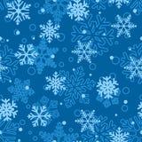 Modèle sans couture des flocons de neige, bleu-clair sur le bleu Image libre de droits