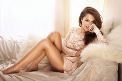 Modefoto der schönen jungen Frau im Spitzekleid, lächelnd Lizenzfreies Stockbild
