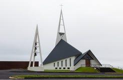 Moderne Kirche Olafsvikurkirkja (Olafsvik Kirkja) nahe Enni-Berg Stockbilder