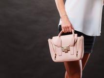 Modernes Mädchen, das Taschenhandtasche hält Stockfotos
