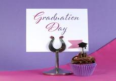 Muffin för partiet för rosa färger och för lilor för avläggande av examendag med tabellen förlägger ho Fotografering för Bildbyråer