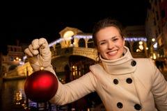 Mulher com a bola do Natal perto da ponte de Rialto em Veneza, Itália Fotos de Stock