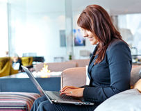 Mulher com computador Imagens de Stock Royalty Free