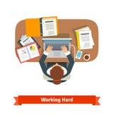 Mulher de negócio que trabalha o assento duro na mesa Foto de Stock Royalty Free