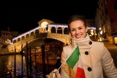 Mulher do turista com Natal italiano da despesa da bandeira em Veneza Foto de Stock