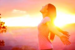 Mulher feliz livre que aprecia o por do sol da natureza Imagem de Stock Royalty Free